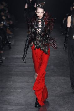 Ann Demeulemeester at Paris Fashion Week Fall 2010 - Runway Photos Dark Fashion, High Fashion, Beautiful Outfits, Beautiful Clothes, Ann Demeulemeester, Leather Gloves, Dress Me Up, Put On, Timeless Fashion