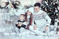 новогодние семейные фотосессии - Поиск в Google Toddler Christmas Photos, Christmas Mini Sessions, Christmas Minis, Family Christmas, Family Picture Outfits, Family Photos, New Year Photoshoot, Christmas Photography, Christmas Scenes