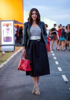 LOOK DO DIA :: ÚLTIMO DA SPFW - Look simples, mas com modelagens legais - de camiseta listrada, jaqueta de couro e saia midi. Créditos no blog! starving.com.br