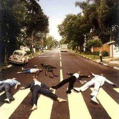 【世界一有名な横断歩道】ザ・ビートルズ『アビーロード』のパロディ画像集 - NAVER まとめ