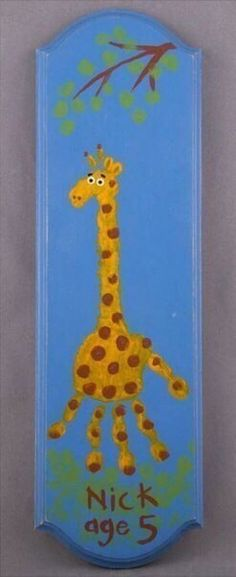 Remember how big your kids hands were years from now with this adorable giraffe handprint plaque. This is the perfect, fun accessory for a kid's room. Daycare Crafts, Baby Crafts, Toddler Crafts, Crafts To Do, Preschool Crafts, Crafts For Kids, Arts And Crafts, Projects For Kids, Craft Projects