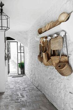 """""""Uma casa é um lar quando abriga o corpo e conforta a alma."""" Philipp Moffitt ..."""