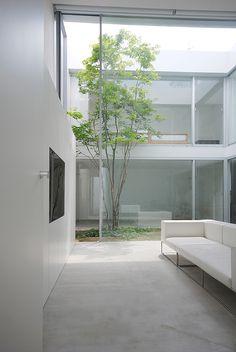 """""""Cube Court House"""" es un proyecto residencial firmado por el arquitecto japonés Shinichi Ogawa y su estudio Shinichi Ogawa & Associates. La casa está ubicada en un tranquilo barrio de la ciudad de Tokio y su planteamiento ofrece dos caras opuestas. La primera de ellas,  más íntima e introvertida,  gira entorno a dos patios interiores. La segunda se muestra abierta al mundo circundante a través de la terraza acristalada situada en el tercer piso."""