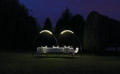 Iluminar sua noite no jardim ! HALLEY, da Vibia , pode ser instalado sobre uma mesa de terraço ou jardim proporcionando um arco de luz quente, misturando-se perfeitamente com a noite devido à sua leveza estrutural .