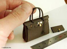 ••  Bag Size ; 4.5 (W)×1.5 (L) ×4.7 (H) cm / 1.8 (W)×0.6 (L) ×1.8 (H) inchDollhouse Miniatures HM03 Artisan handmade por DollhouseAra en Etsy