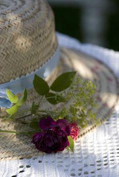 Great idea for a garden wedding hat, pin on fresh flowers