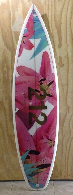Prancha personalizada para o lançamento do perfume feminino 212 Summer de Carolina Herrera. www.edgosurfboards.com @edgosurfboard