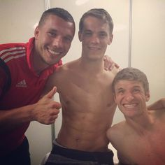 Fußball-WM SixpacksDanke auch, Lukas Podolski! Nachdem er uns bereits den Anblick der Nationalelf in Unterhosen bescherte, legte er nach