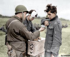 Soldat américain avec deux prisonniers de guerre allemand