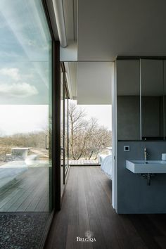 As hard wood species Afrormosia is appropriate for wet spaces, such as the bathroom. The beautiful flame, reinforced by a subtle colouring, creates a feeling of luxury through the entire house. The boards are parallel with the terrace. Parquet Chevrons, Bathroom Toilets, Exotic, Wood Species, My House, Farm House, Modern Farmhouse, Interior Architecture, Hardwood