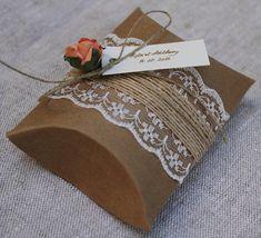 Boîtes coussins kraft de 7,7 x 12,3 cm (à plat), aussi appelées boîtes ou pochettes berlingots. Elles sont fabriquées en papier épais et sont décorées à lidentique de la gamme (dentelle blanche fine 4,5 cm/ ficelle lin, toile de jute, fleur rose saumon) Personnalisable (étiquette