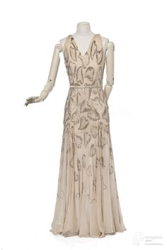 robe du soir Creation date 1930 Material silk, rhinestone Creator Madeleine Vionnet, Lesage Object Type evening gown Technique chiffon, embroidery Color beige, silver