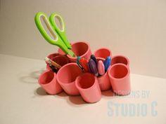 Pour réaliser ce DIY il vous faut des tuyaux que vous trouverez en magasin de bricolage, un peu de peinture en bombe et du papier pour poncer.