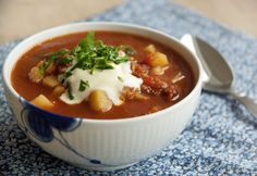 Gullashsuppe er en simreret af de virkelig gode og denne variant smager forrygende så det kan varmt anbefales at gange opskriften op