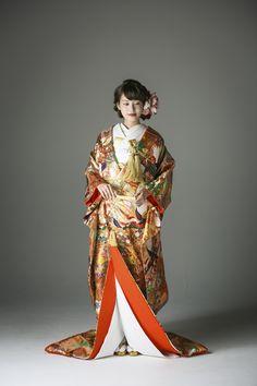 晴れ着にふさわしい赤を基調に、古くからの伝統柄である鳳凰を大胆にあしらった、古典的かつゴージャスな色打掛です。金糸をふんだんに使用した刺繍は着物に立体感を与えます。格高く、風流な逸品をぜひお試しください。 古典柄 色打掛 鳳凰友禅 赤/ゴールド/朱 白無垢・色打掛をはじめとした結婚式の花嫁衣装を、格安でレンタルできる結婚式着物レンタル専門店【THE KIMONO SHOP−ザ・キモノショップ】古典的な着物や引振袖・紋付袴など婚礼衣装を幅広く取り揃えております【新宿・東京・大阪・福岡】 Japanese Outfits, Japanese Fashion, Asian Fashion, Japanese Wedding Kimono, Japanese Kimono, Traditional Wedding Attire, Traditional Outfits, Geisha, Kimono Japan