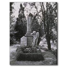 WOLFGANG AMADEUS MOZART.WOLFGANG AMADEUS MOZART. Local, aproximadamente, Mozart foi enterrado, numa vala comum (schachtgraber), no Cemitério St. Marx, em Viena, Áustria. No monumento que leva o nome do compositor, uma estatua de um anjo como como se tivesse de luto, consternado e entristecido