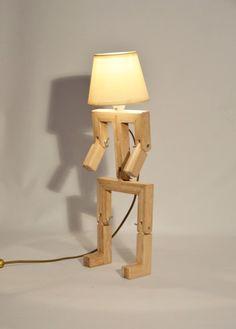 Lámpara de diseño de madera en forma de un pequeño personaje