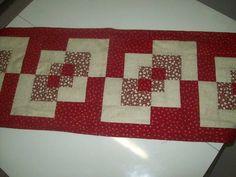 Trilho de mesa em patchwork. R$ 66,00