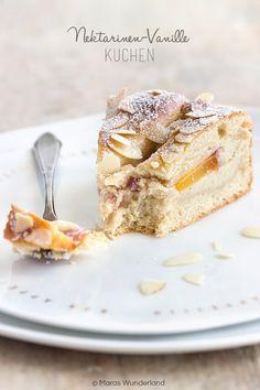 Ein Sommerkuchen aus Quark-Öl-Teig, der mit Vanillepudding und Nektarinen belegt wird. Abgedeckt mit einem Teig-Gitter, das mit Mandeln bestreut wird. Wunderbar saftig. Hält bis zu drei Tagen frisch.
