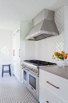 Fishbone tileing kitchen with h rlig white doors drawer fronts and fyndig white countertop - Witte quartz werkblad ...