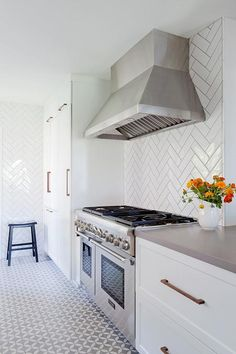 Fishbone tileing kitchen with h rlig white doors drawer fronts and fyndig white countertop - Witte quartz werkblad ...
