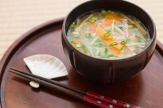 Miso soup is a traditional Japanese soup, and probably Chinese as well. Also, people who are into macrobiotics like Miso soup and it is an integral part of the macrobiotic . Japanese Takeaway, Japanese Miso Soup, Top Recipes, Asian Recipes, Water Recipes, Vegetarian Recipes Easy, Healthy Recipes, Healthy Food, Pbs Food