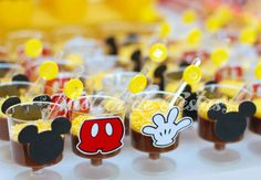 brigadeiro de copinho com referências ao tema escolhido da festa: Mickey