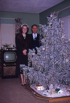 vintage christmas tree Have a bit of tinsel baby, the first Aluminum Christmas Tree in count down to the space age just began, things are starting to change. Noel Christmas, Retro Christmas, All Things Christmas, Modern Christmas, Christmas Ecards, Christmas Couple, Christmas Music, Vintage Christmas Photos, Vintage Holiday