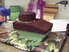 How to layer and shave the cake Army Tank Cake, Army Cake, Military Cake, Army Birthday Cakes, Army Birthday Parties, Cake Structure, Army Party, Retirement Cakes, Cake Decorating Techniques