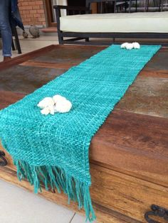 Emma - Almacén de cosas lindas: CAMINOS DE MESA Loom Weaving, Hand Weaving, Boho Home, Idee Diy, Weaving Projects, Quilted Table Runners, Weaving Patterns, Hand Embroidery Designs, Fabric Art