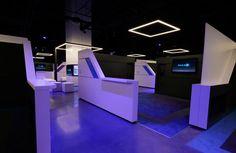 """IMAX ha inaugurado en Los Ángeles el primer cine de realidad virtual. El establecimiento está compuesto por 14 """"espacios"""" virtuales en los que se podrán ver pequeños clips de algunas películas. Para la visualización se utilizan los cascos de realidad virtual HTC Vive o, en su defecto, los StarVR. Las entradas cuestan entre 7 y 10 dólares. ¿Y qué podemos ver allí? Vamos a descubrirlo."""
