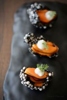 A very original and tasty snack, whose base is a crisp tapioca impregnated - Mini Foods, Molecular Gastronomy, Sweet And Salty, Yummy Snacks, Food Presentation, Food Plating, Clean Eating Snacks, Finger Foods, Food Inspiration