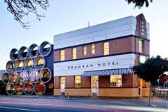 Il Prahran Hotel di Melbourne: grandi tubi di cemento per riprogettare una facciata | Design Fanpage