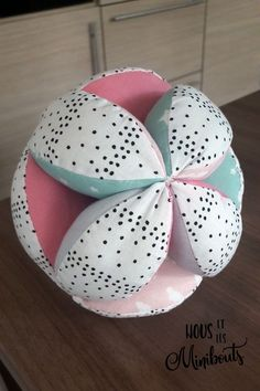 DIY Couture for baby - A Montessori gripping ball - We and the minibouts Sewing Projects For Beginners, Diy Projects, Baby Room Diy, Diy Baby, Diy For Men, Baby Couture, Sell Diy, Knitted Blankets, Sewing Hacks