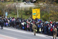 Imigrantes cruzam fronteira entre a Áustria e Eslovênia (foto: EPA)