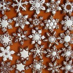 Found on medovniky-kraslice. Christmas Sugar Cookies, Christmas Sweets, Christmas Gingerbread, Holiday Cookies, Christmas Baking, Ginger Cookies, Iced Cookies, Cute Cookies, Gingerbread Decorations