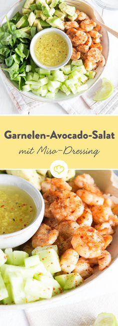 9350 Kilometer und 11 Stunden Flugzeit später darfst du dich über einen Garnelen-Avocado-Salat mit einem herrlich cremigen Miso-Dressing freuen.