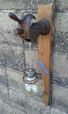 Articulo L3001. Aplique de pared en pinotea con tolva dedescarga de desgranadora marca ARDILLA. Medidas 9 cm de ancho x 22 cm largo x67 cm de alto. Lámpara Multifilamento de carbono Antique Edison incluida.https://www.facebook.com/IndustrialRecupero-178754409195527/