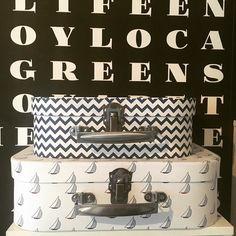 Säilytysrasioita siellä säilytysrasioita täällä. Erilaiset säilytysrasiat vetävät puoleensa kuin magneetti jostain syystä ei mulla ole edes mitään säilytettävää näissä  #säilytys #lastenhuone #organizing #säilytysrasiat #laukku #cardboardbox #pahvirasiat #tuliaiset #kidsroom #interior #decoration #sisustus #asetelma #shelfie