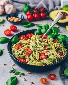 The best avocado pasta ever! Made so easy and quick – vegan, milk-free, super creamy and so delicious! A delicious pasta dish for those in a hurry! Informations About Cremige Avocado … Baby Food Recipes, Vegan Recipes, Dinner Recipes, Avocado Recipes, Creamy Avocado Pasta, Creamy Pasta, Pasta Cremosa, Pesto Recipe, Pasta Dishes