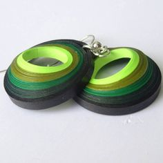 Green shaded 3D earrings made from quilling por pHDesignsArt