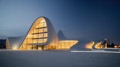 Heydar Aliyev Centre- By Zaha Hadid Architects. Centro cultural ondulante em Baku, Azerbaijão. Sobre o Projeto: São 57.000m²   construidos. Um Volume de fluido que dobra-se a partir da paisagem para formar uma única superfície contínua. Aberturas envidraçadas entre as pregas oferece entradas , levando para a biblioteca, museu e centro de conferências contido dentro do edifício .