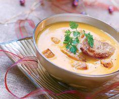 Pour votre entrée de Noël, cuisinez cette délicieuse recette de soupe au potiron, grandement améliorée par des escalopes de foie gras poêlées !