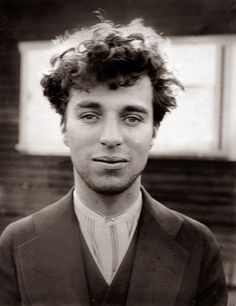 A photographic portrait of Charlie Chaplin as a young man, Hollywood, taken around 1916 by an unknown photographer. Sir Charles Spencer Chaplin was an English comic actor and film producer and director of the silent film era. Charlie Chaplin, Classic Hollywood, Old Hollywood, Hollywood Glamour, Hollywood Cinema, Colorized Historical Photos, Colorized History, Historical Pictures, Photo Star