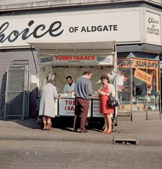 Tubby Isaacs seafood stall Aldgate in Photo by Chris Dorley-Brown. Vintage London, Old London, London Street Photography, Italian Cafe, East End London, British Things, Fitness Gifts, Modern History, Photos