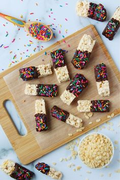 Chocolate Covered Rice Krispie Treats are an extra special twist on classic Rice Krispie squares. They're fun party snacks that are easy to make and perfect for customizing with your favorite colors and sweet goodies, like sprinkles or chopped nuts and more! Cookie Dough Recipes, Fudge Recipes, Snack Recipes, Dessert Recipes, Candy Recipes, Fruit Recipes, Cheesecake Recipes, Rice Krispy Treats Recipe, Rice Krispie Treats