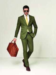 Trendfarben, die träumen lassen  Gerade im Sommer darf auch Farbe bekannt werden. Dieser schlanke Anzug aus Baumwolle mit ¼-gefüttertem Sacco (Sakko) überzeugt in der aktuellen Trendfarbe Grün und zieht definitiv die Blicke auf sich.