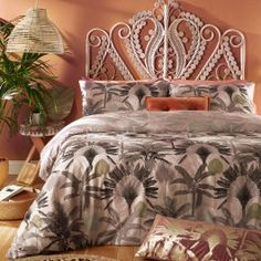 Majestic palm trees in their many individual forms create this beautiful, romantic design which will instantly transform your space. Soft greys and golds on a dusky pink background, and a fully reversible design in tonal colours make this a versatile set for those who like to change things up. Made of crisp polycotton this duvet cover set is soft and hard-wearing.