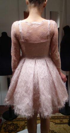abito da damigella formato da sottoveste in maglina con sottogonna in tulle rosa; corpino in pizzo Valencienne rosa cipria e gonna in shantug operato con piegoni