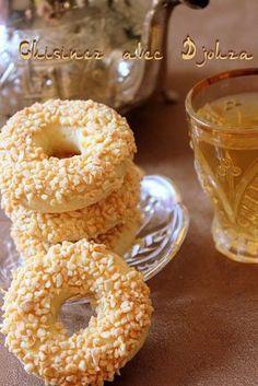 Un gâteau Algérien en forme de bracelet que l'on peut trouver également glacé. Une version simplifiée juste parsemée d'amandes concassées. Un gâteau sablé